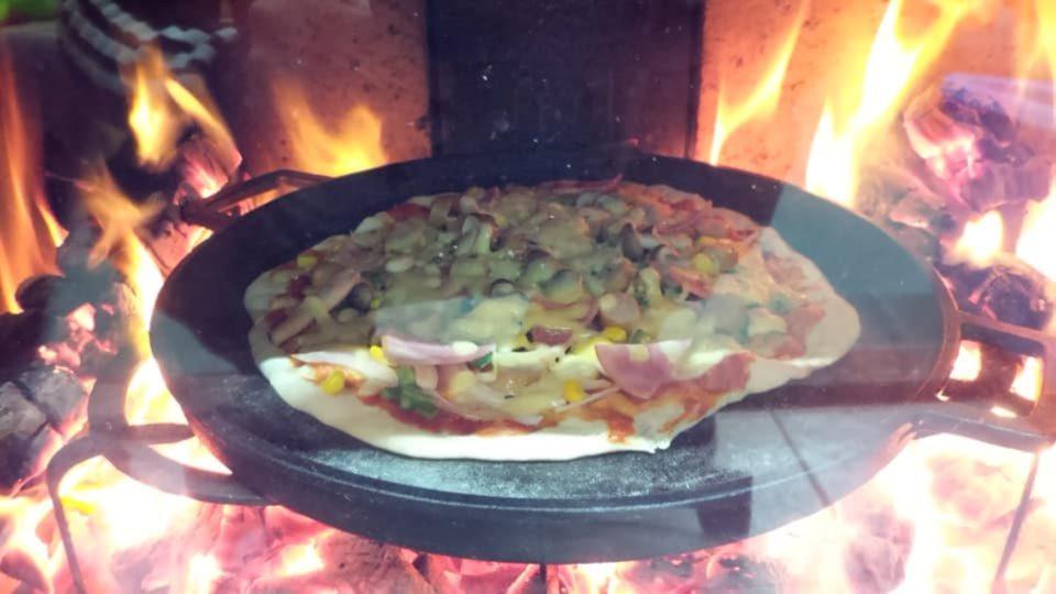 薪ストーブでピザを作る